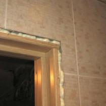 Оттираем монтажную пену с металлической двери