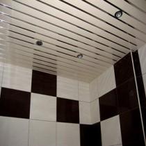 Преимущества установки реечного потолка в ванной комнате