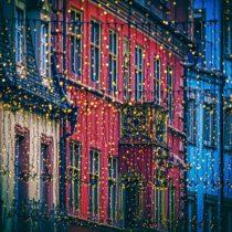 Новогодний фасад, как в кино: украшаем дом в европейском стиле