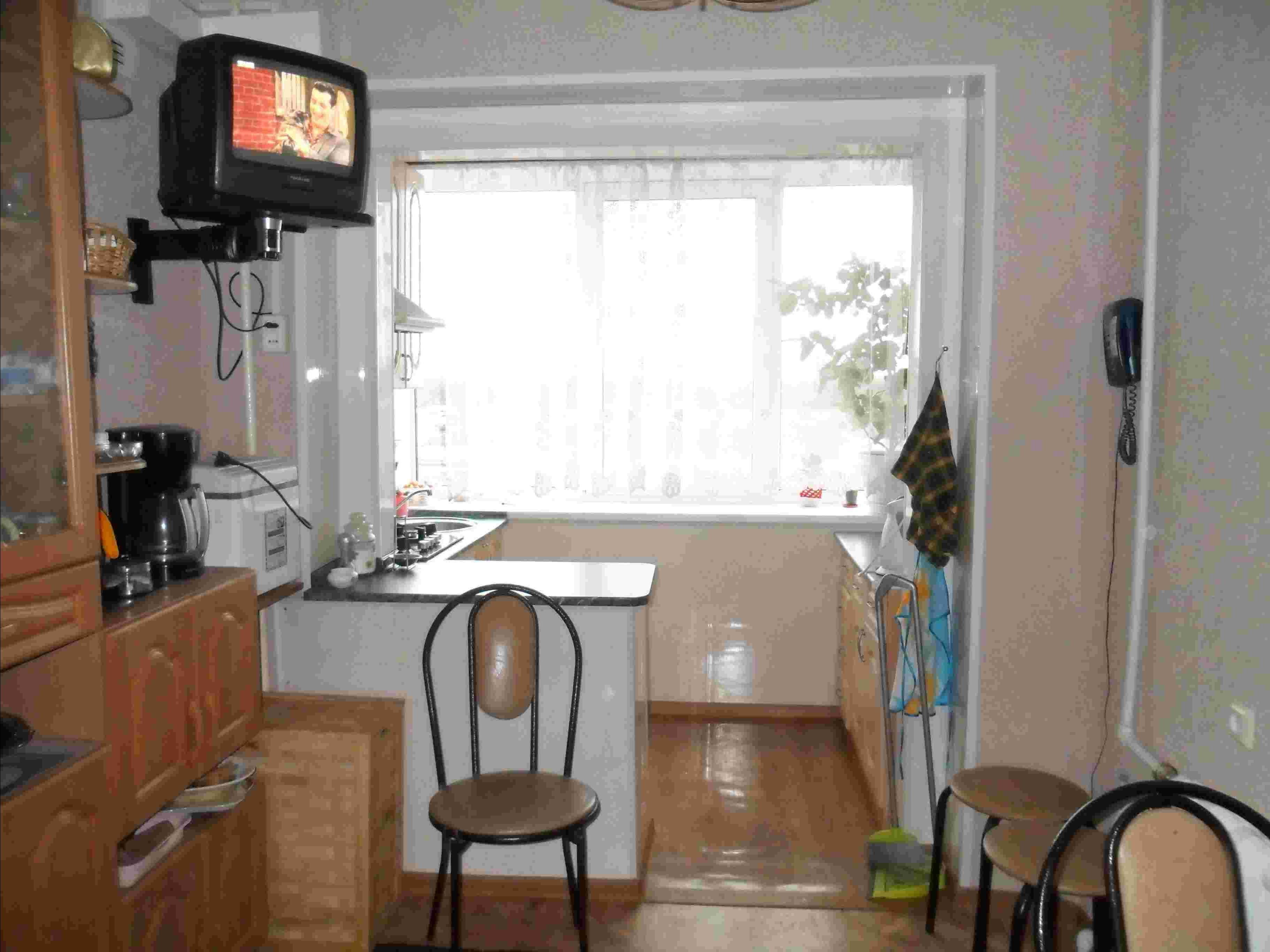 Дизайн кухни с выходом на балкон фото..
