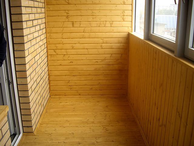 Внутренняя отделка балкона кирпичная стена.