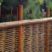 Оригинальный плетеный забор своими руками