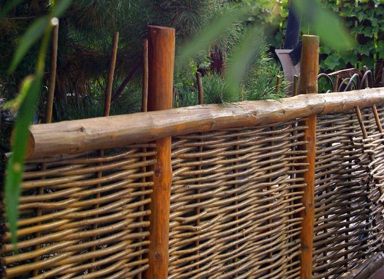 Забор из прутьев своими руками фото