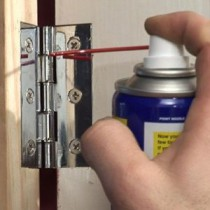Чем смазать скрипящую дверь и как это сделать?