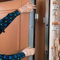 Техника отделки откосов входной двери изнутри