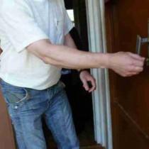 Открываем дверь с заклинившим или сломанным замком