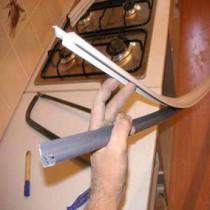 Крепление плинтуса для кухни на столешницу