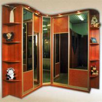 Получаем полезное пространство с угловым шкафом-купе в гостиной