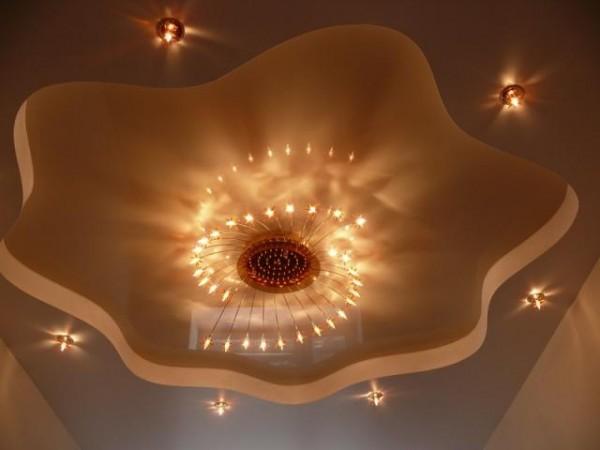 Дизайн потолка со светильником