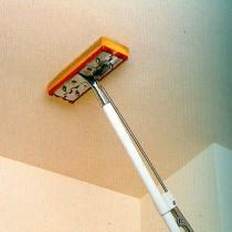 Способы быстрой смывки побелки с потолка