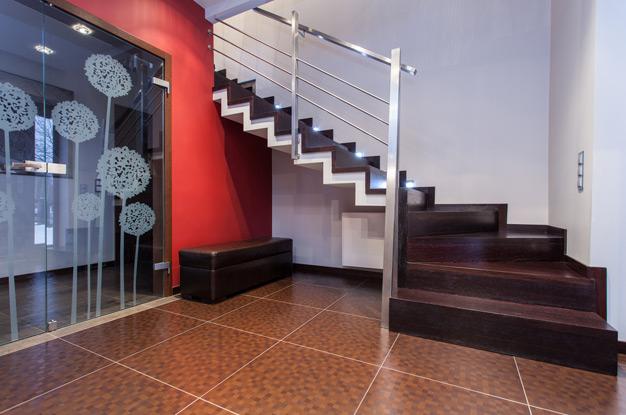 Освещение лестницы в частном доме на второй этаж
