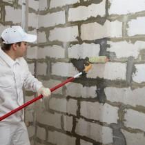 Выполняем грунтовку стен перед шпатлевкой